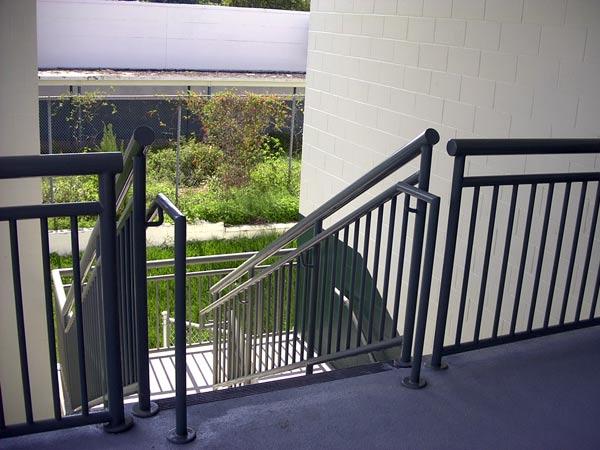 Ringhiere per scale prezzo realizzazione parapetti in metallo interne esterne su misura - Ringhiere scale esterne ...
